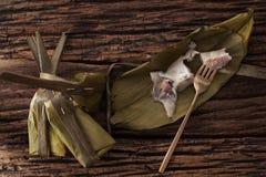Hoja tailandesa del plátano del postre sabrosa en fondo de madera Imágenes de archivo libres de regalías