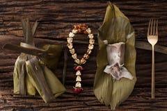Hoja tailandesa del plátano del postre sabrosa en fondo de madera Fotografía de archivo