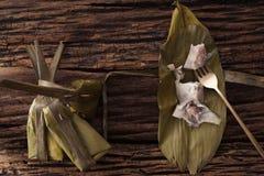 Hoja tailandesa del plátano del postre sabrosa en fondo de madera Imagenes de archivo