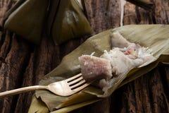 Hoja tailandesa del plátano del postre sabrosa en fondo de madera Imagen de archivo