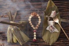 Hoja tailandesa del plátano del postre sabrosa en fondo de madera Imagen de archivo libre de regalías
