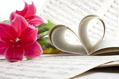 Hoja vieja de la nota de la música con las flores Foto de archivo