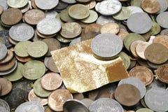 Hoja y dinero del oro imágenes de archivo libres de regalías
