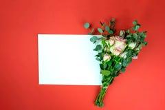 Hoja y rosa de papel imagen de archivo