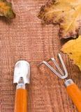 Hojas amarillas de la caída en el fondo de madera Imagenes de archivo
