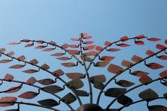 Hojas artificiales del árbol en el cielo azul Imagenes de archivo