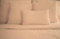 Hojas blancas quebradizas en cama Imagen de archivo