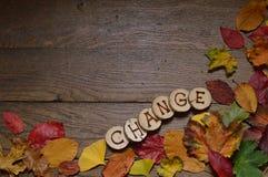 Hojas cambiantes en la madera con el CAMBIO de las letras Imagen de archivo libre de regalías