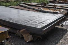 Hojas de acero depositadas en pilas en paquetes en el almacén de los productos de metal Hoja de metales resistida para la constru foto de archivo libre de regalías