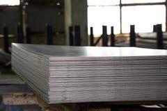 Hojas de acero inoxidables depositadas en pilas Foto de archivo