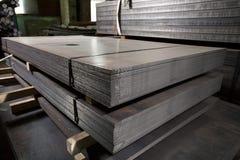 Hojas de acero inoxidables depositadas en pilas Imagenes de archivo