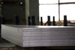 Hojas de acero inoxidables depositadas en pilas Fotografía de archivo