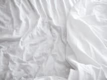 Hojas de cama blancas fondo y textura Fotos de archivo libres de regalías
