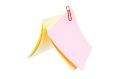 Hojas de clips de papel sujetados con grapa Fotografía de archivo