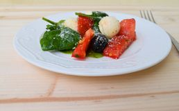 Hojas de la albahaca de la mozzarella del tomate Foto de archivo