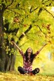 Hojas de la gota de la mujer en parque del otoño Fotografía de archivo libre de regalías