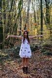 Hojas de la haya de la chica joven que lanzan feliz Fotos de archivo