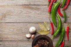 Hojas de la pimienta de chile, del grano de pimienta, del ajo y de la bahía Imagenes de archivo