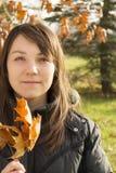 Hojas de la tenencia de la mujer joven Imagen de archivo libre de regalías