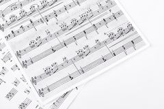 Hojas de música en el fondo blanco Imágenes de archivo libres de regalías