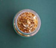 Hojas de oro en un tarro de cristal imagenes de archivo