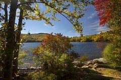 Hojas de otoño coloridas en la orilla de Russell Pond, New Hampshire Imagenes de archivo
