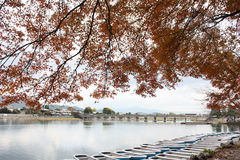 Hojas de otoño con el barco en el lago Imagen de archivo libre de regalías