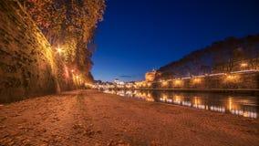 Hojas de otoño en el terraplén del río de Tíber en Roma, Italia Imagenes de archivo