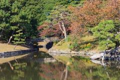 Hojas de otoño en los jardines de Hamarikyu, Tokio Imagenes de archivo