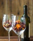Hojas de otoño en una botella de la copa de vino y de vino en fondo de madera de la tabla Foto de archivo libre de regalías