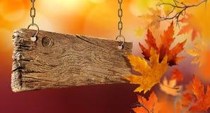 Hojas de otoño secas que caen del aire y del tablero de madera Imagenes de archivo