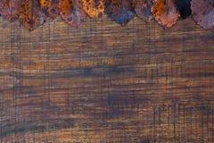 Hojas de otoño sobre fondo de madera Foto de archivo