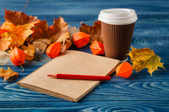 Hojas de otoño, taza de café de cocido al vapor al vapor caliente y en vagos de madera de la tabla Fotos de archivo libres de regalías
