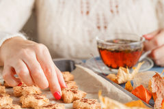 Hojas de otoño, taza de café de cocido al vapor al vapor caliente y en vagos de madera de la tabla Imagenes de archivo