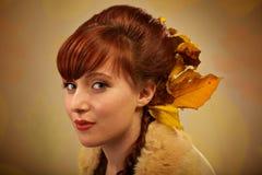 Hojas de otoño y retrato rojo del pelo imagen de archivo libre de regalías