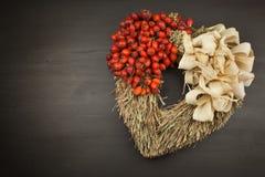 Hojas de otoño sobre fondo de madera con el espacio de la copia Recordar noviembre Decoración de hojas secas de árboles Imágenes de archivo libres de regalías