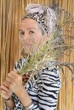 Hojas de palma africanas criollas del retrato de la mujer delante de la cara fotos de archivo