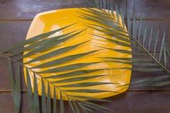 Hojas de palma en una superficie de madera Foto de archivo libre de regalías