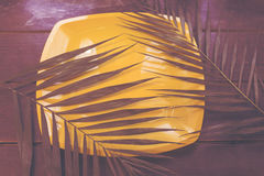 Hojas de palma en una superficie de madera Foto de archivo