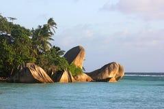 Hojas de palma y rocas hermosas, Seychelles Foto de archivo libre de regalías