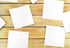 Hojas de papel blancas en un fondo de listones de madera Fotos de archivo