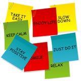 Hojas de papel con los mensajes de pensamiento de motivación y positivos Foto de archivo