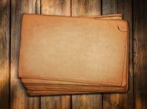 Hojas de papel de la vendimia en la madera Imagenes de archivo