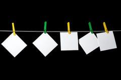 Hojas de papel en blanco atadas a una cuerda Fotos de archivo