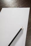 Hojas de papel en blanco A4 para los expedientes en el tabla Fotografía de archivo libre de regalías
