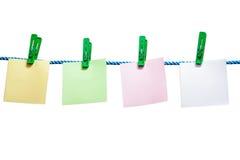 Hojas de papel en blanco que cuelgan en una cuerda aislada Imágenes de archivo libres de regalías