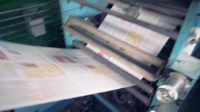 Hojas de papel largas en una fábrica, cierre para arriba almacen de metraje de vídeo