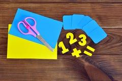 Hojas de papel y números, tijeras en un fondo de madera marrón Concepto de la educación Imagen de archivo
