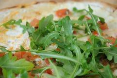 Hojas de Rocket en una pizza Fotos de archivo