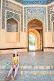 Hojas de ruta (traveler) cansadas en los pasos de progresión del templo musulmán Imagenes de archivo